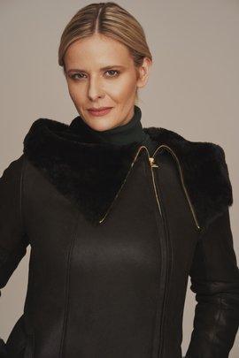 Dámsky čierny kabát z ovčej kože s kapucňou